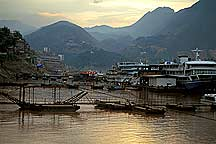 Boats dock on the 长江 Yangzi River Area